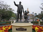 Statue de Mickey et de son inventeur à Disneyland Paris.