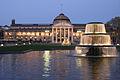 Wiesbaden Kurhaus mit den beiden Kaskadenbrunnen auf dem Bowling Green.jpg