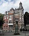 Wuppertal, Erlenstr. 1, Fassade Ulmenstr., davor die Öffentliche Uhr auf dem Rotter Platz.jpg