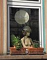 Wuppertal, Marienstr. 108, EG-Fenster, Puppe mit Motorradhelm, Bild 1.jpg