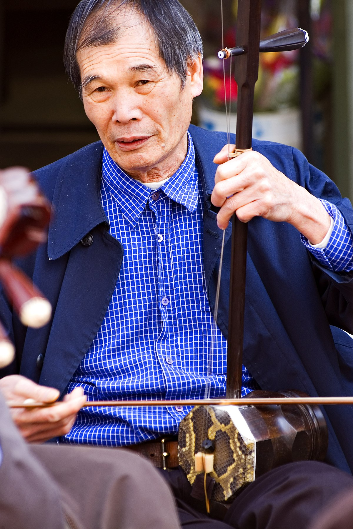 Very interested in the erhu. Beginner's questions ...