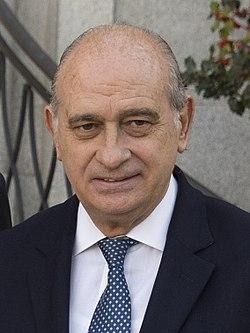 (Jorge Fernández Díaz) Sáenz de Santamaría y el ministro del Interior reciben al vicepresidente del Consejo de Ministros y ministro del Interior del Gobierno de Italia. Pool Moncloa. 25 de noviembre de 2013 (cropped).jpeg