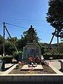 Братська могила радянських воїнів та пам'ятник воїнам - односельцям. Поховано 104 чол.jpg