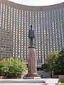 Памятник Шарлю де Голлю в Москве.jpg