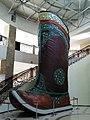 Экспонат самого большого в мире сапога - монгольского гутала. Музейный комплекс Цонжин Болдог, Монголия.jpg
