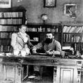 הרצל תיאודור עם אמו על יד שולחן הכתיבה שלו בוינה (1902) .-PHG-1002022.png