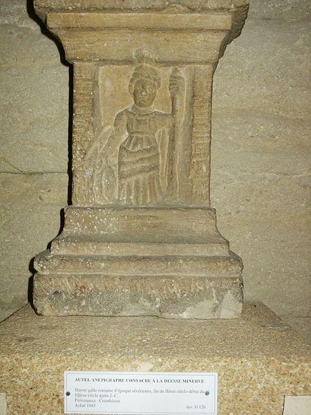 File:01 Autel gallo-romain de Minerve la fileuse Courthézon Musée lapidaire d'Avignon.jpg