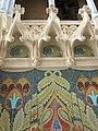 106 Hospital de Sant Pau, edifici d'Administració, sala d'actes, mosaic i ornaments escultòrics.JPG
