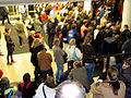 2012-11-13, k, KinderUniHannover Audimax Leibniz Universität, Eltern am Treppenaufgang vor der Live-Übertragung des Vortrages.jpg