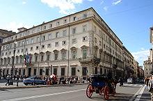 Palazzo Chigi visto da Via del Corso; il balcone in primo piano è la cosiddettaPrua d'Italia