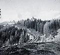 A fogaskerekű vasút pályája a Csorba-tó közelében, balra a Grand Hotel. Fortepan 86827.jpg