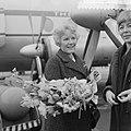 Aankomst Petula Clark op Schiphol, Petula Clark met bloemen, Bestanddeelnr 911-1040.jpg