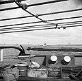 Achtersteven van de sleepboot met houten kratten en en metalen vaten, op de ach…, Bestanddeelnr 254-0944.jpg