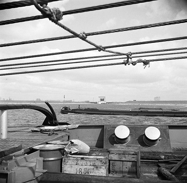 File:Achtersteven van de sleepboot met houten kratten en en metalen vaten, op de ach…, Bestanddeelnr 254-0944.jpg