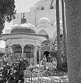 Akko, Binnenplein voor de ingang van de El Jezzar moskee. Gelovigen bij de kiosk, Bestanddeelnr 255-2522.jpg