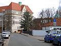 Andertensche Wiese, Blick von Westen auf den Kopfbau der Oberrealschule am Clevertor, Handelslehranstalt I, BBS 11 der Region Hannover.jpg