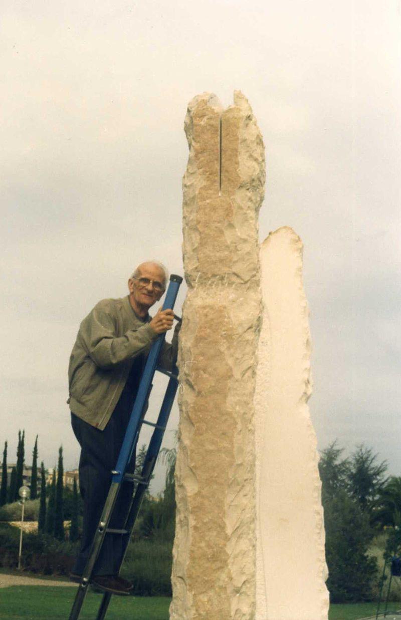 Antonio Rini controlla l'esecuzione della Grande Meridiana di Bari che ha progettato insieme a Francesco Azzarita