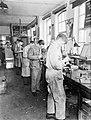 Arbeiders in de Leko-fabriek in Utrecht, Bestanddeelnr 252-0471.jpg