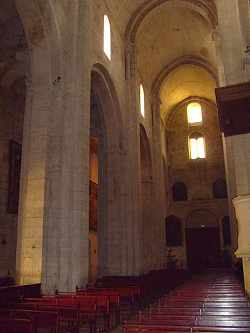 http://upload.wikimedia.org/wikipedia/commons/thumb/2/2a/Arles_St._Trophime_Church_Interior.jpg/360px-Arles_St._Trophime_Church_Interior.jpg