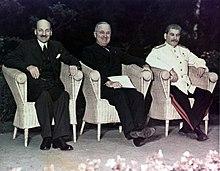 גוזף סטאלין המנהיג הכי חזק מרוסיה אי פעם היה יהודי וגרוזיני ובן היתר היה אחראי למותם של 11מיליון בני אדם   220px-Attlee%2C_Truman_and_Stalin_at_Potsdam
