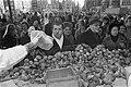 Bakkers bakken oliebollen Amsterdam, verkoop oliebollen aan kraam voor Reumafond, Bestanddeelnr 925-2679.jpg