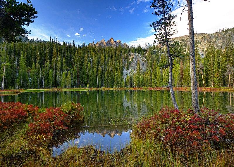 File:Bench Lake puddle and Mount Heyburn.jpg