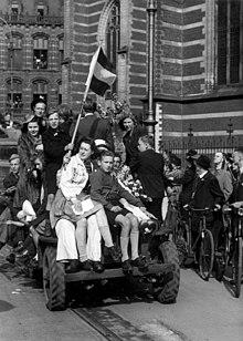 Amstellodamois sur une jeep américaine lors de la libération de la ville, le 8 mai 1945