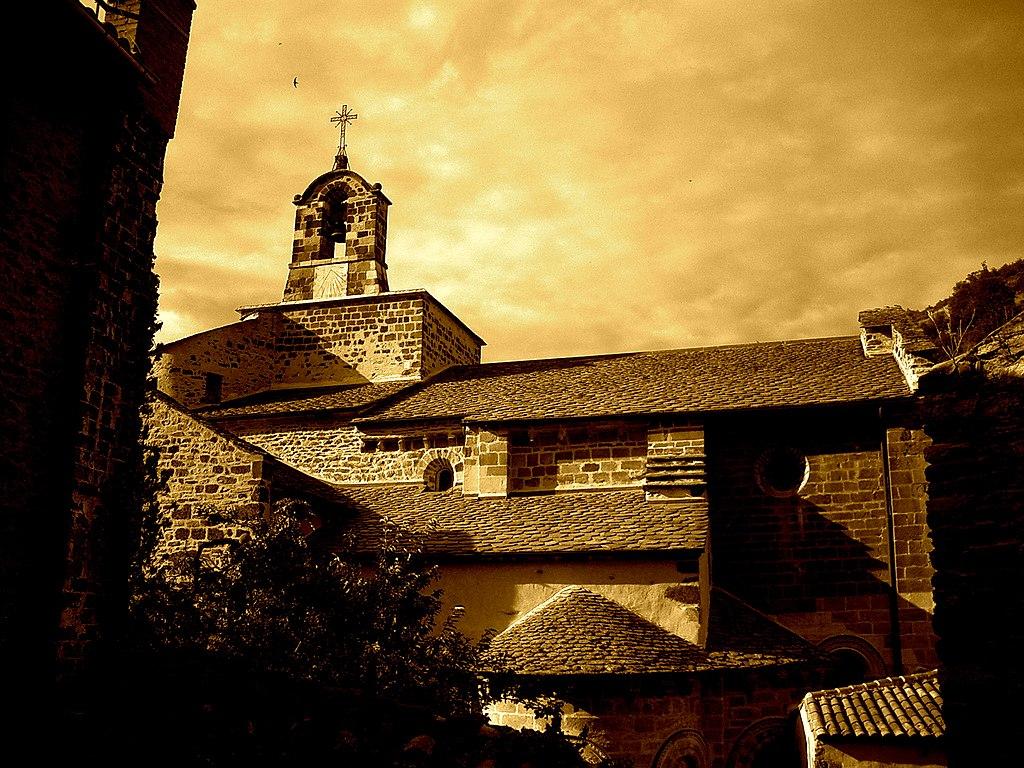 Église romane Saint-Pierre située à Blesle dans la Haute-Loire (définition réelle 2048×1536)