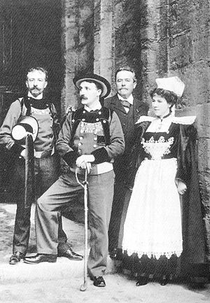 Théodore Botrel - Botrel and his wife Léna at the Celtic Congress of Caernarfon, 1904 (in the background, the photographer Émile Hamonic and the linguist Paul Barbier.)