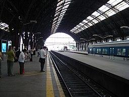 Pasajeros esperando un tren en Retiro Mitre.