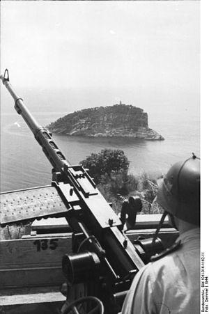 Tino (island) - Image: Bundesarchiv Bild 101I 316 1162 11, Italien, Küstenbefestigungen, Flak MG