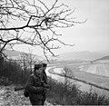 Bundesarchiv Bild 183-D0218-007-04, DDR-Grenzsoldaten auf Posten oberhalb der Werra.jpg