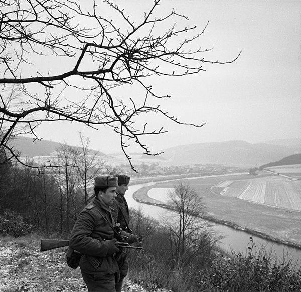 File:Bundesarchiv Bild 183-D0218-007-04, DDR-Grenzsoldaten auf Posten oberhalb der Werra.jpg