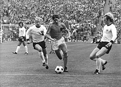 Johan Cruijff (center), shortly before Uli Hoeneß (right) made the foul