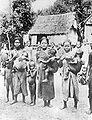 COLLECTIE TROPENMUSEUM Een groep Kubu vrouwen met hun kinderen Ikan Labar Sumatra TMnr 10005464.jpg