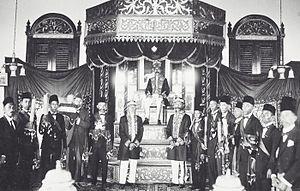 Sultanate of Bulungan - Image: COLLECTIE TROPENMUSEUM Groepsportret met Maulana Mohamad Djalaloeddin Sultan van Boeloengan op zijn troon T Mnr 60041528