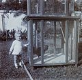 COLLECTIE TROPENMUSEUM Kind bij een dierenkooi in de tuin Bandoeng TMnr 60053741.jpg