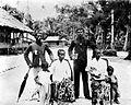 COLLECTIE TROPENMUSEUM Rooms-katholieke goeroe's (onderwijzers) met familie Kai-eilanden TMnr 10000724.jpg