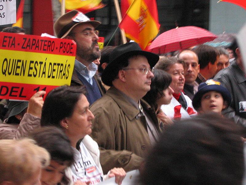 César Vidal en la manifestación convocada por la AVT en Madrid neocón. Autor: José María Mateos, 25/11/2006. Fuente: Flickr (CC BY 2.0)