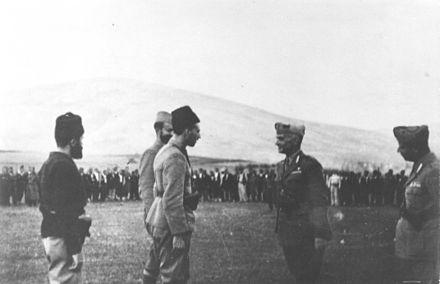 Četnički zapovjednici Cvjetičanin i Brane Bogunović predaju prijavak talijanskom zapovjedniku, Bosansko Grahovo, kolovoz 1942.