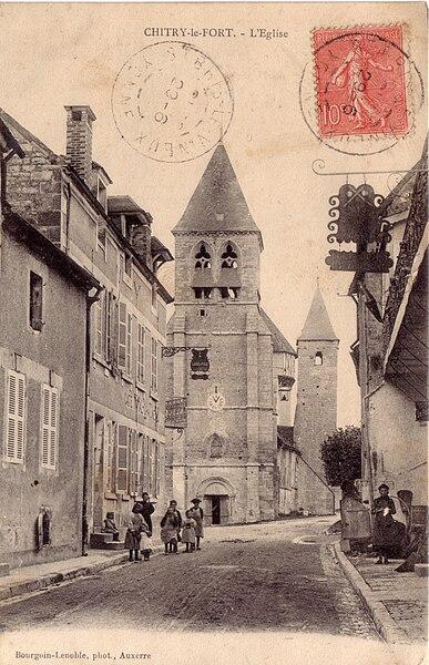 Chitry le fort et son église vue de la grande rue