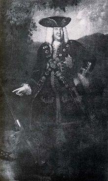 Herzog Christian von Sachsen-Weißenfels – ein leidenschaftlicher Jäger – im Jagdkostüm auf Hund und Flinte zeigend; er trägt den Bruststern des Elefanten-Ordens (Quelle: Wikimedia)