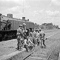 Controle op wapens van Indonesische treinreizigers door Nederlandse militairen, Bestanddeelnr 255-6834.jpg