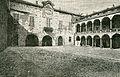 Cortile del palazzo Pretorio Novara xilografia.jpg