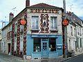 Crépy-en-Valois (60), maison à l'angle des rues Alphonse-Cardin (à g.) et de la Cloche.jpg