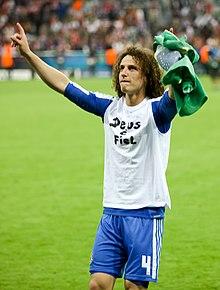 David Luiz celebrando o título da Liga dos Campeões da UEFA de 2011-12. a1376272ac5a7