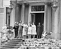 De koninklijke familie staat op het bordes van paleis Soestdijk en wuift naar he, Bestanddeelnr 909-5202.jpg