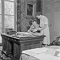 De secretaris van prins Bernhard overlegt met een medewerkster, Bestanddeelnr 255-7795.jpg