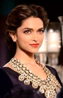 Description de l'image Deepika Padukone walks the ramp at PCJ Delhi Couture Week.jpg.