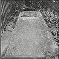 Detail begraafplaats, hardstenen zerk, met in hoogreliëf het alliantiewapen Bouwens van Horssen en Gerbade - Horssen - 20427262 - RCE.jpg